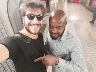 Milano, vede un uomo in lacrime all'ufficio immigrazione e lo aiuta a trovare lavoro. Il post è virale