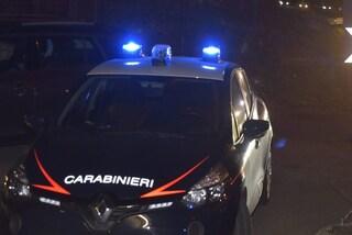 Milano, malviventi entrano in casa di madre e figlio e li immobilizzano: rubati soldi e una pistola