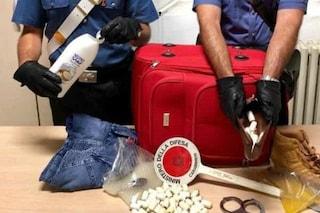 Milano, 80 ovuli di cocaina nascosti nel bagnoschiuma: arrestato corriere proveniente dal Sudamerica