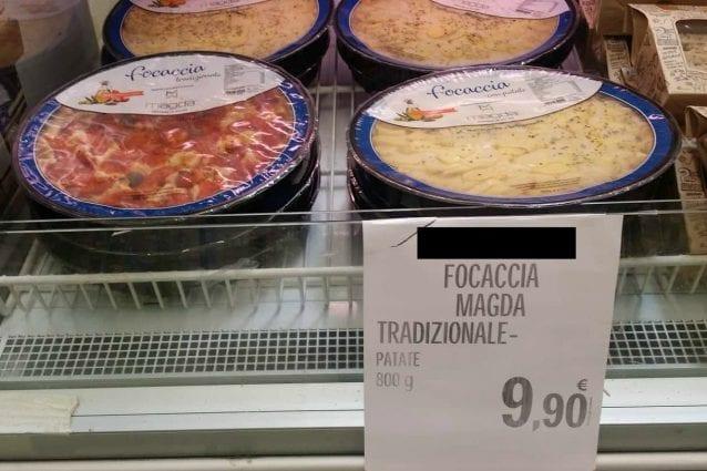 La focaccia barese in vendita in alcuni supermercati di Milano (Foto Fanpage.it)