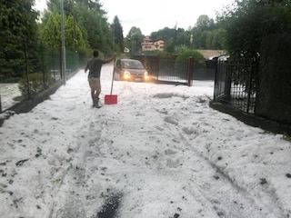 Forte grandinata a Magreglio (Como): le strade imbiancate dal ghiaccio