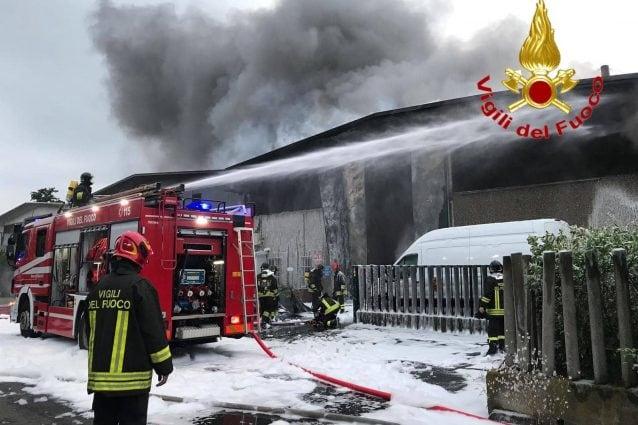 Incendio in un capannone di rifiuti di Settimo Milanese