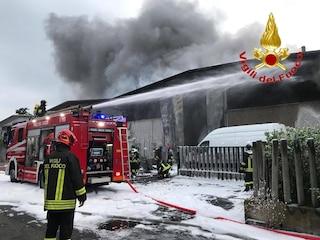 Incendio in un capannone di rifiuti speciali a Settimo Milanese: è stato distrutto dalle fiamme