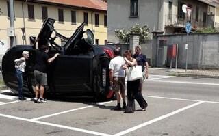 Legnano, auto si ribalta dopo uno scontro: il conducente esce illeso dal bagagliaio