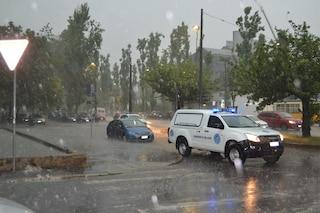 Maltempo, temporale si abbatte su Milano: strade allagate, tetti scoperchiati e alberi sradicati