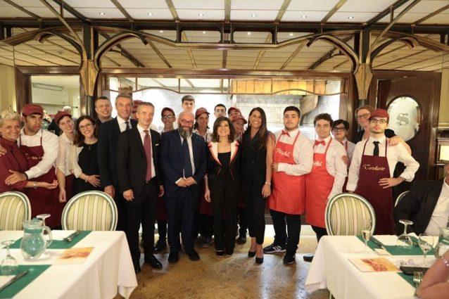 I ragazzi di Pizzaut e il Tortellante con la Presidente del Senato Casellati e altri senatori