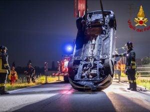 L'auto ribaltata a Tribiano (Foto: Vigili del fuoco)