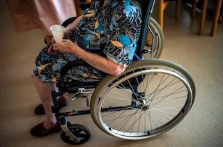 Tragedia in una casa di riposo a Casalmaggiore: anziana in carrozzina cade dalle scale e muore
