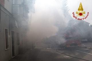 Venegono, maxi incendio in un palazzo di otto piani: momenti paura per i residenti intrappolati