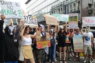 """Milano, protesta in difesa dell'Amazzonia davanti al consolato brasiliano: """"Bolsonaro assassino"""""""