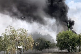 Milano, incendio in zona Precotto: fiamme in un deposito Atm, alta colonna di fumo nero