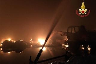 """Maxi incendio in un capannone di rifiuti a Codogno, le autorità: """"Tenere chiuse le finestre"""""""