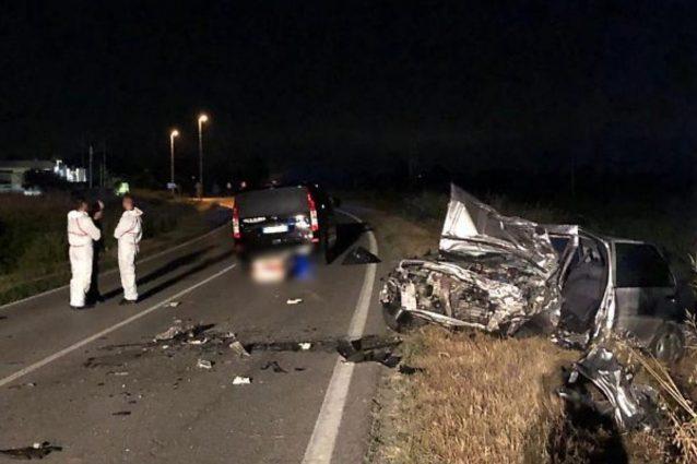 Le auto rimaste coinvolte nello scontro frontale (foto La provincia di Cremona)