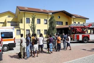 Milano, rogo in centro per migranti: ospiti intossicati, tensione e due poliziotti feriti