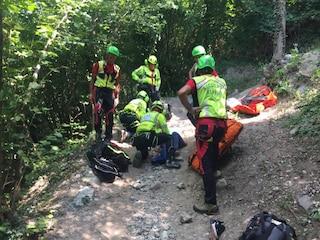 Turista precipita in un dirupo e muore davanti agli occhi del marito: la tragedia a Gargnano