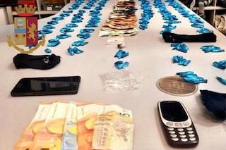 Milano, spaccia cocaina a un diciottenne davanti alla Scala: arrestato pusher, aveva 400 dosi
