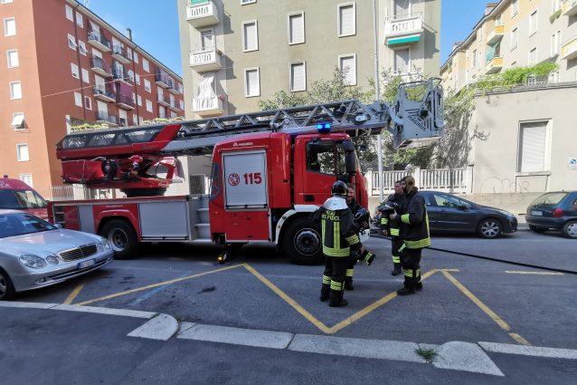 (L'intervento dei vigili del fuoco in via Pianell)