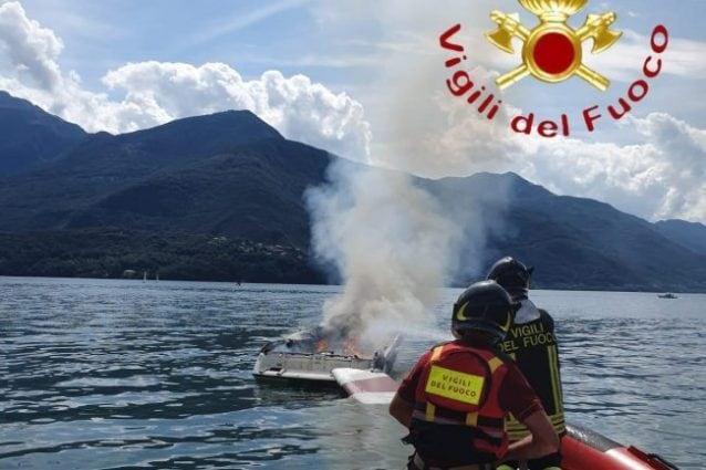 La barca incendiatasi a Dongo nel lago di Como
