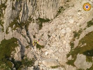 Tragedia in montagna: alpinista 38enne precipita per 100 metri e muore in Valle Camonica