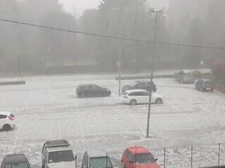 Maltempo, intensa grandinata ad Arcisate, nel Varesotto: il ghiaccio imbianca le strade