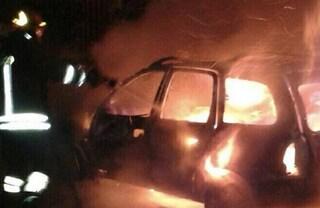 Lissone, ubriaco si schianta in auto: passante eroe lo salva dalla vettura in fiamme