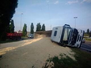 Camion carico di mangime si ribalta a Monza