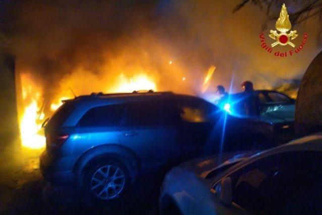 Una delle auto in fiamme nel parcheggio