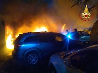 Incendio in un parcheggio nei pressi di Malpensa, dieci auto distrutte dalle fiamme