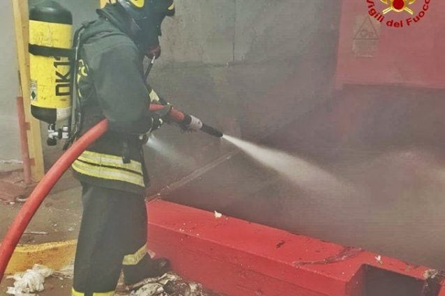 L'intervento dei pompieri (Foto dei Vigili del fuoco via Twitter)