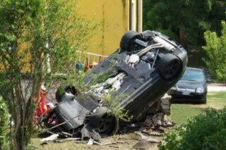 Asola, perde il controllo della Porsche e si ribalta: feriti padre e figlia di 5 anni