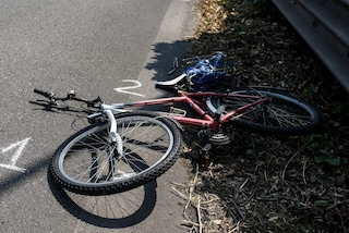 Grave incidente in via Litta Modignani a Milano, ciclista travolto da un'auto: è in coma