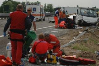 Mapello, auto si scontra con un furgone e prende fuoco: muore un idraulico di 36 anni