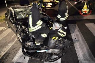 Schianto sulla Vigevanese a Trezzano: auto si ribalta, conducente in ospedale