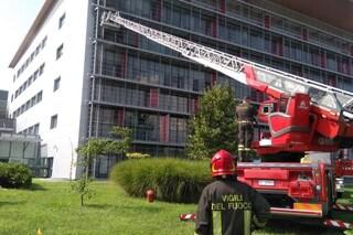 Bergamo, 19enne morta nell'incendio dell'ospedale legata al letto: i risultati dell'autopsia