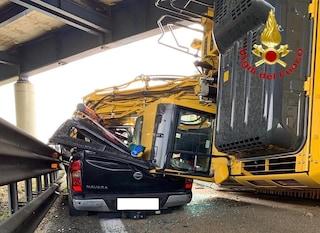 Drammatico incidente sullo svincolo tra A8 e A4: ruspa piomba sull'Autostrada e schiaccia un pick-up