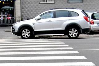 Milano, fotografa auto parcheggiata in sosta vietata: aggredita e presa a schiaffi dai proprietari
