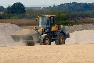 Incidente sul lavoro a Limone sul Garda: operaio schiacciato da un escavatore