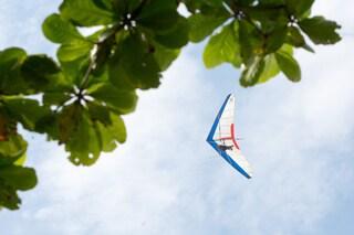 Dosolo, deltaplano precipita poco dopo il decollo e si schianta in un campo: muore il pilota