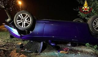 Spaventoso incidente a Linarolo, auto cabrio si ribalta alla rotonda: alla guida un 29enne