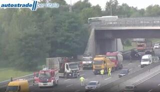 Incidente in A4 ad Agrate, camion ribaltato: un ferito e traffico in tilt, code per otto chilometri