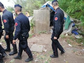 """Tappeti di siringhe e una capanna: blitz dei carabinieri al nuovo """"bosco della droga"""" di San Donato"""