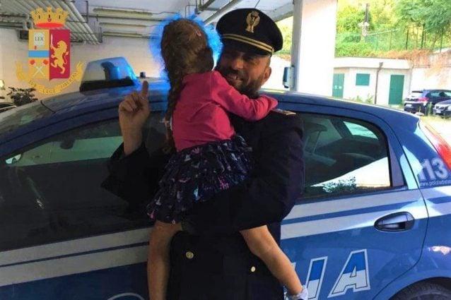 La bambina ritrovata dalla polizia (foto: Questura di Milano)