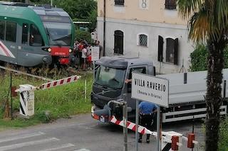 Besana Brianza, il camion resta incastrato nelle sbarre del passaggio a livello: treni bloccati