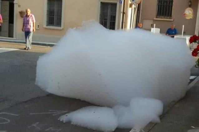 La strana schiuma apparsa a Porzano di Leno (Foto di Marina Moretti via Facebook)