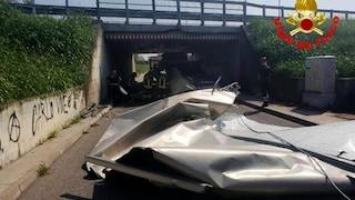 Brescia, il camion è troppo alto: si incastra e si accartoccia in un sottopasso