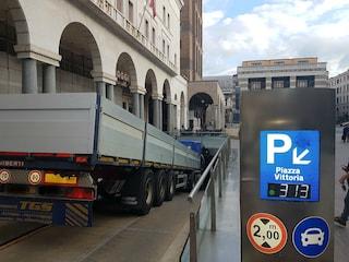 Brescia, tir imbocca la rampa del parcheggio interrato in centro: il camion resta incastrato