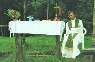 Brescia, i fedeli piangono don Giovanni Marchina: morto a 85 anni il prete delle periferie