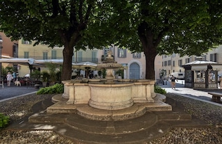 Brescia, pensionato pulisce e ripara una fontana nel centro storico: multato dai vigili
