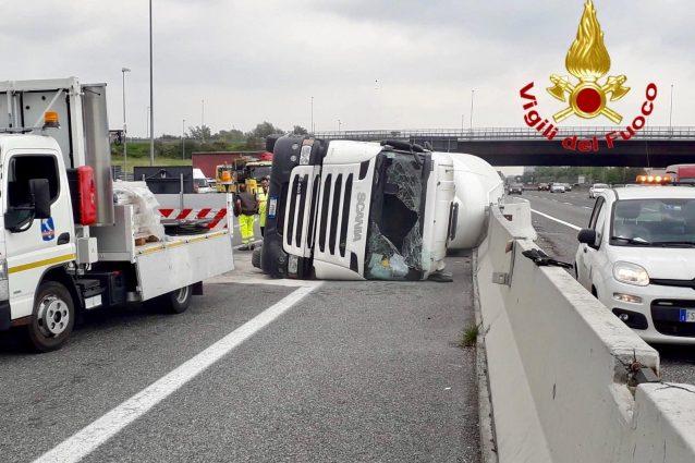 Il camion incidentato lungo l'A8