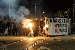 Milano, tensione al corteo degli anarchici: petardi e vetrine imbrattate